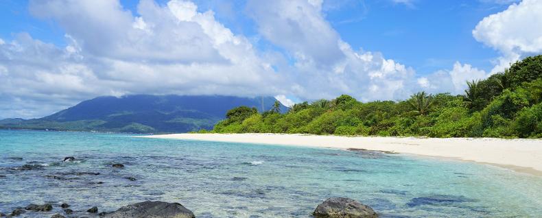 Plaża, indonezyjskie wybrzeże skąpane słońcem