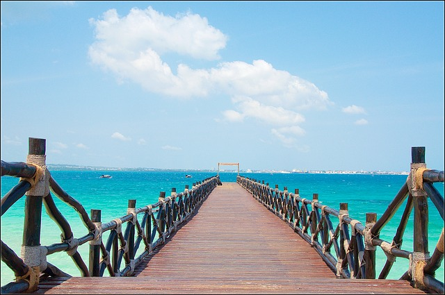 nurkowanie na Zanzibarze, widok na molo na tle morza.